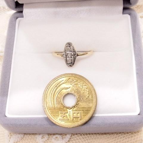 ダイヤモンドの指輪・サイズ比較用に五円玉を隣に置いています。