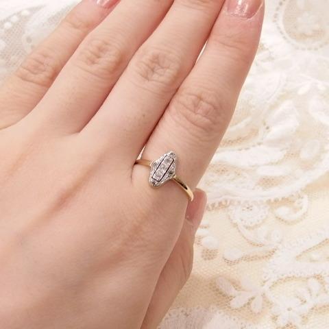 ダイヤモンドの指輪をつけた写真です。