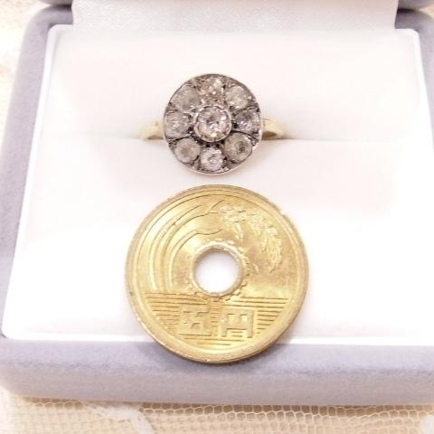 ローズカットダイヤモンドの指輪の隣には、五円玉を比較用に置いています。