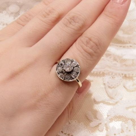 ローズカットダイヤモンドの指輪をつけた写真です。